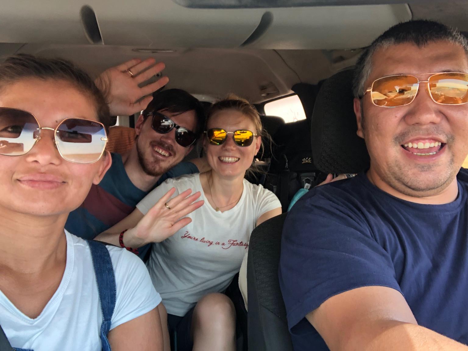 Bei Kazachischer Musik im Radio kommt gute Stimmung im Auto auf :)