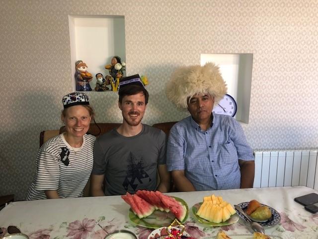Tea Time in Shymkent, mit Usbekischer Kopfbedeckung ;)