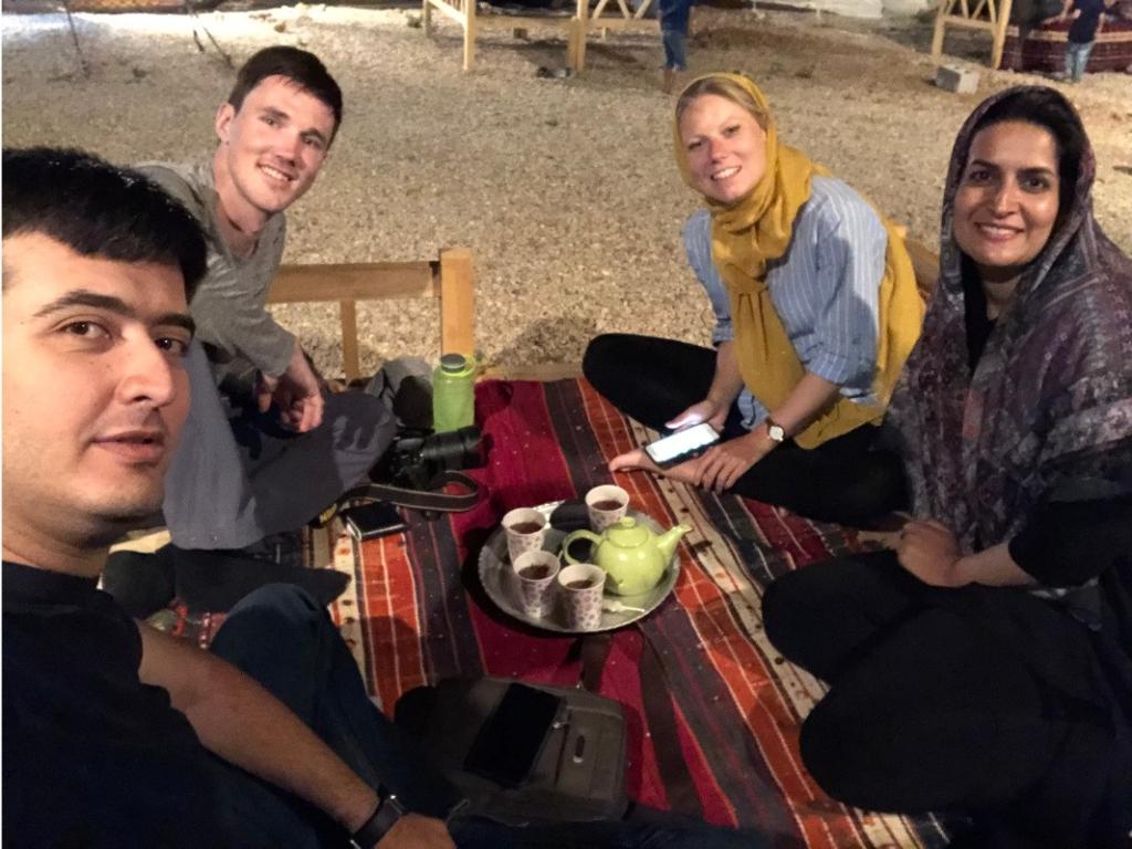 Tea time oberhalb von Shiraz mit unserer Tourguide Azimeh und Jeff
