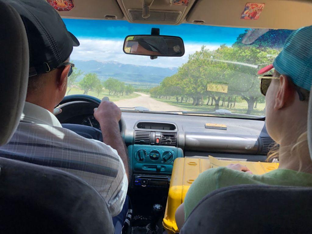 Unsere erste Autostopp Erfahrung in Georgien. Als Geschenk gab es einen ganzen Käse für uns :)