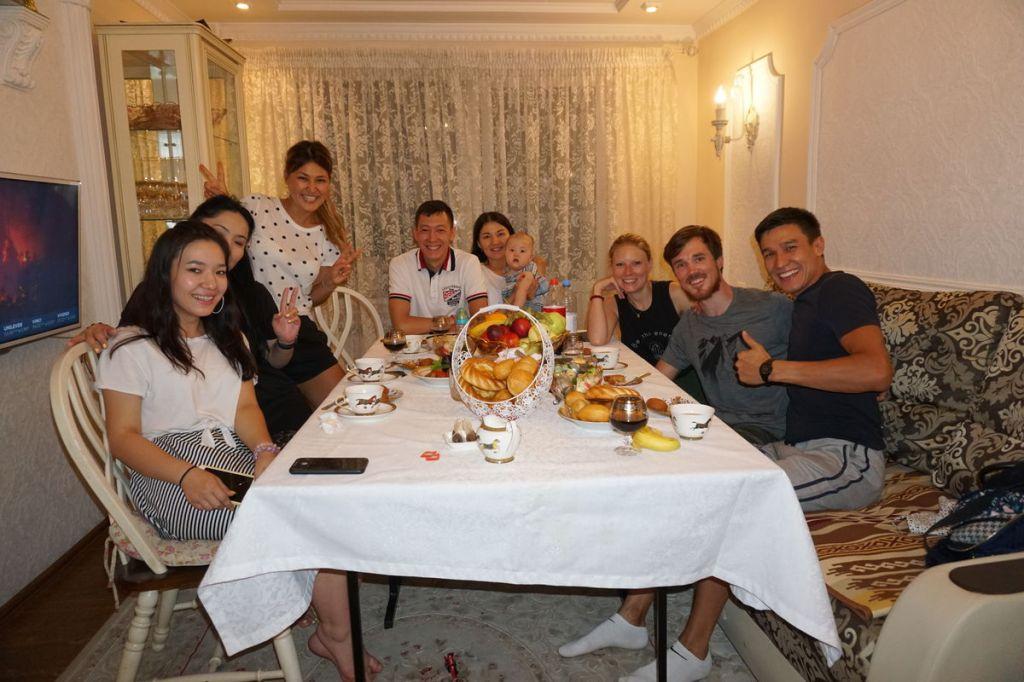 Abendessen bei Azamat und seiner Familie in Almaty.