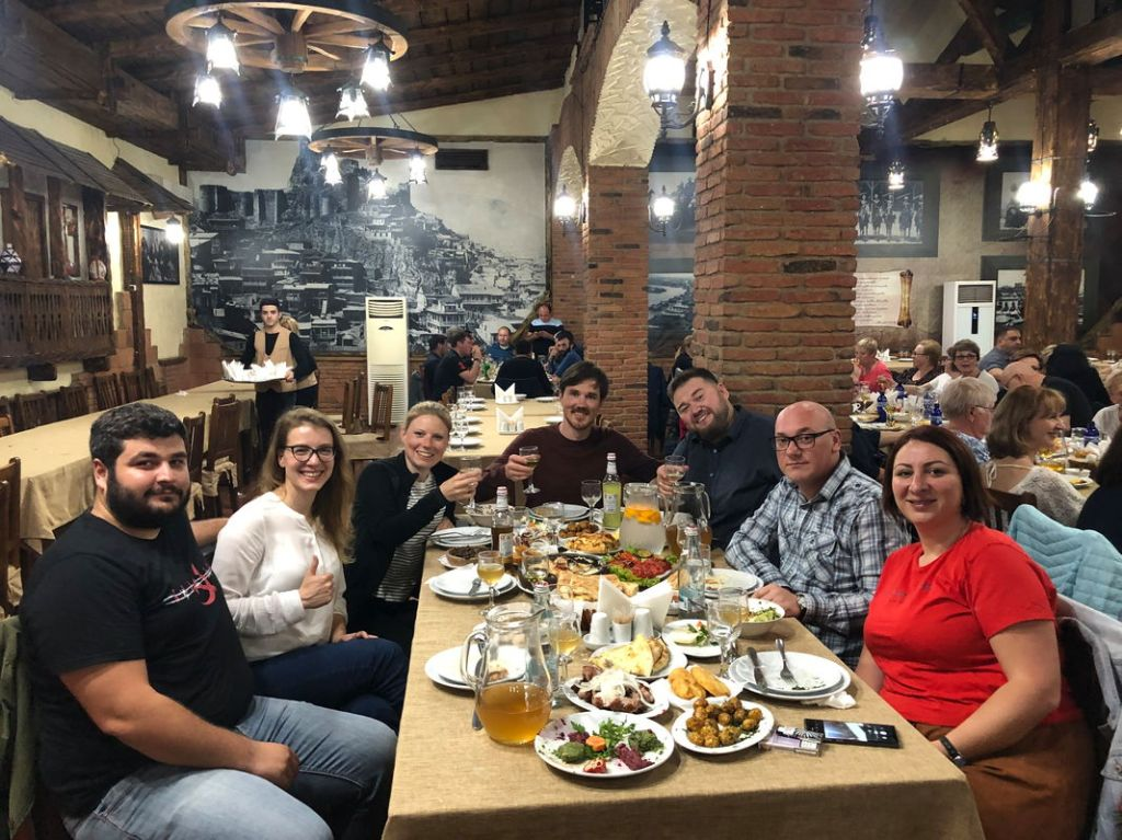 Dinner mit Locals in Tiflis. Von den Resten haben wir noch zwei Tage später gegessen.